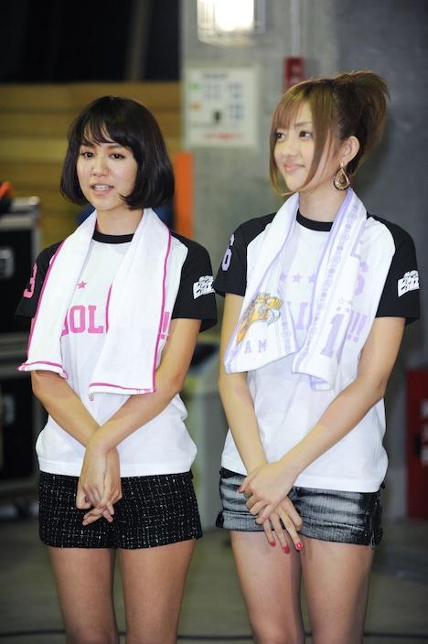 5期生候補を温かい眼差しで見守る遠藤舞(写真左)と菊地亜美(右)。