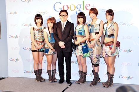 写真左から指原莉乃、高橋みなみ、秋元康、前田敦子、篠田麻里子、高城亜樹。