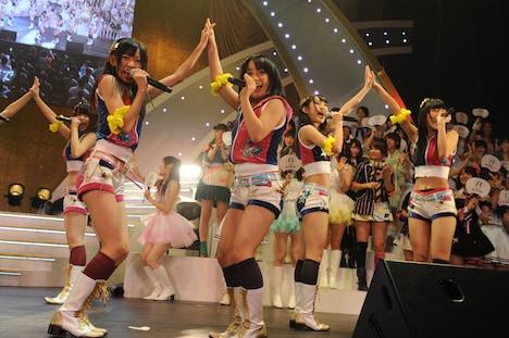 HKT48は11月末にスタートしたばかりの劇場公演から、「手をつなぎながら」を披露。 (C)AKS