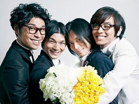 4人の笑顔がまぶしい、竹内電気の新アーティスト写真。