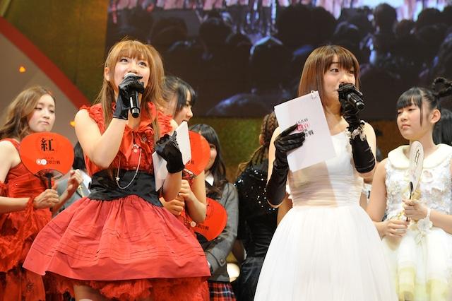 写真左から高橋みなみ、大島優子。 (C)AKS