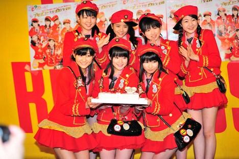 シングル発売日となる明日12月28日は前田憂佳17歳の誕生日。囲み取材の席ではメンバーから内緒で前田へのバースデーケーキが贈られた。