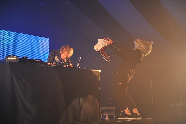 TAKUMA(10-FEET / 写真左)のDJタイムにはMAN WITH A MISSION(右)が飛び入り。