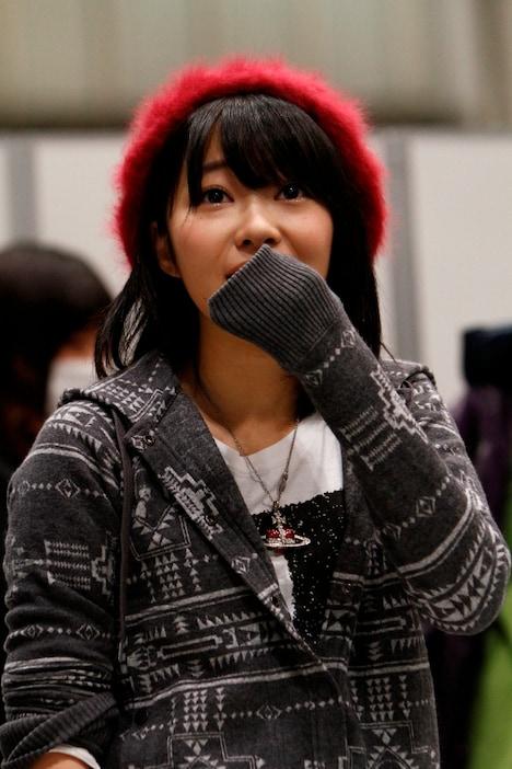 突然のソロデビュー発表に驚きを隠せない指原莉乃。