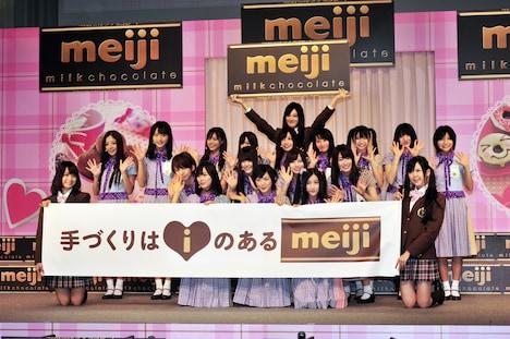 デビュー曲「ぐるぐるカーテン」を歌い終えた乃木坂46。