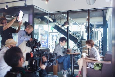 映画「モテキ」より。幸世と長澤まさみ演じるみゆきにの、カフェシーンの撮影風景。(C)2011映画「モテキ」製作委員会
