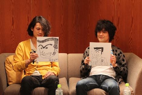 お絵描きコーナーの2問目「両津勘吉」を披露する山中さわおと菅原卓郎。