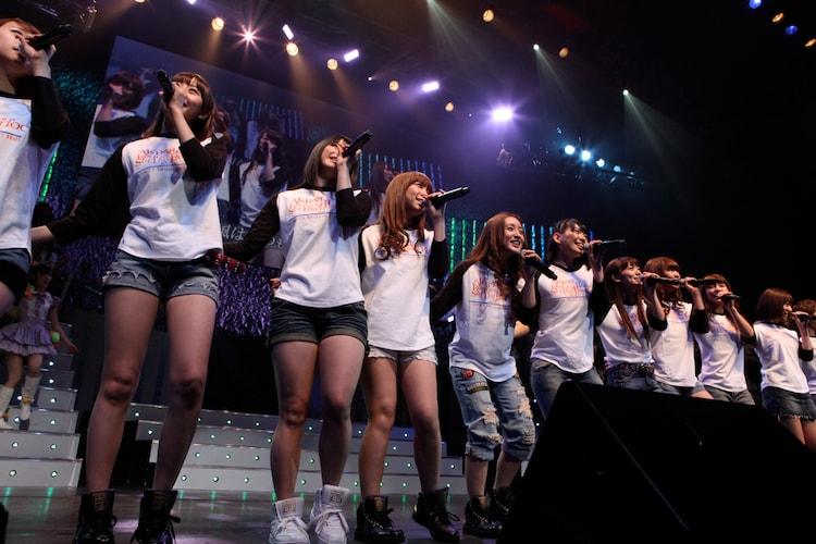 「草原の奇跡」を歌唱するAKB48チームK。