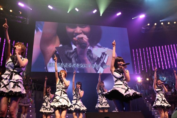 「Overtake」を披露するAKB48チームA。