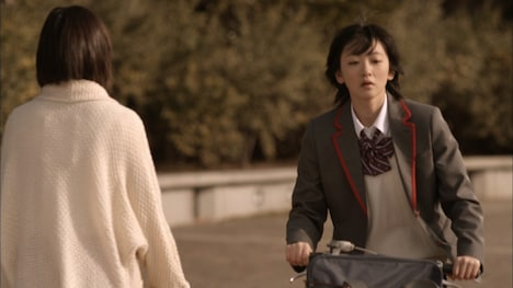 「会いたかったかもしれない」PVより、前田敦子(写真左)とすれ違う生駒里奈(右)。