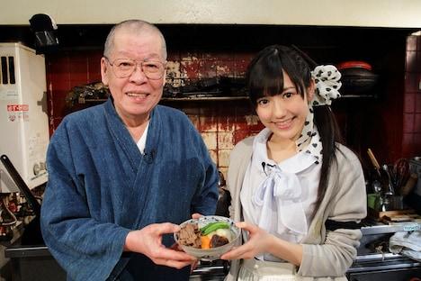 完成した肉じゃがを手にする渡辺麻友(写真右)と結城貢(左)。