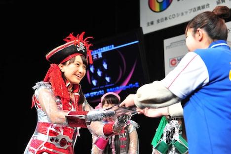 メンバーを代表し、大賞の盾を受け取った百田夏菜子(ももいろクローバーZ)。