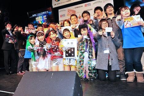 CDショップ大賞を受賞したももいろクローバーZ(写真中央)と、CDショップ店員組合の審査員たち。