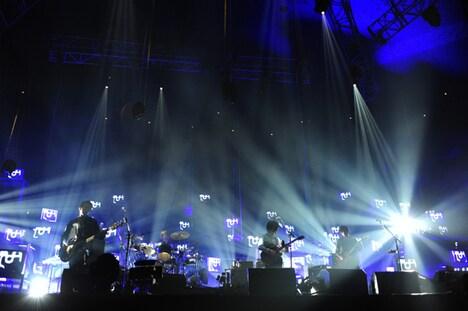 ステージ上のテレビは各曲に合わせてさまざまな光景を映し出した。