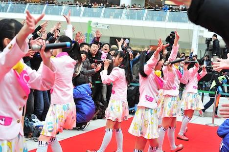 レッドカーペットに飛び出してパフォーマンスを披露する私立恵比寿中学。
