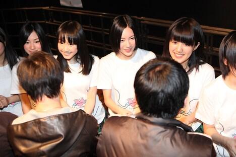 ファンと握手するSKE48。左から矢神久美(チームS)、松井玲奈(チームS)、松井珠理奈(チームS)、平田璃香子(チームS)。
