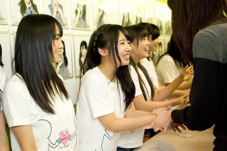 ファンと握手するNMB48。左から山本彩(チームN)、山田菜々(チームN)、山口夕輝(チームN)。