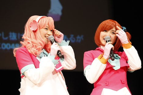 アニメ「AKB0048」登場キャラクターのコスプレ姿で登場した仲谷明香(写真左)、岩田華怜(右)。