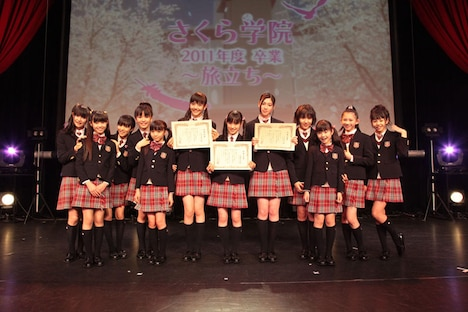 卒業証書を受け取った松井愛莉、武藤彩未、三吉彩花の3人(写真中央)。