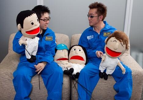 談笑する小山宙哉(写真左)と阿部義晴(右)。ユニコーンのほかの4人は「レディオ体操」PVでおなじみパペットで参加。