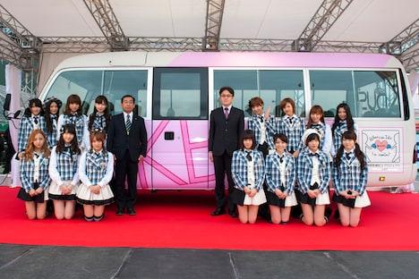 ラッピングバス「AKBus」を背にフォトセッションを行うAKB48。