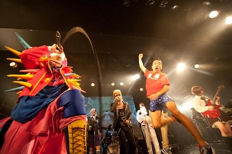 熱唱するザ・クレイジーSKB(左)と綾小路翔(中央)。昇龍拳を繰り出す猫ひろし(右)。