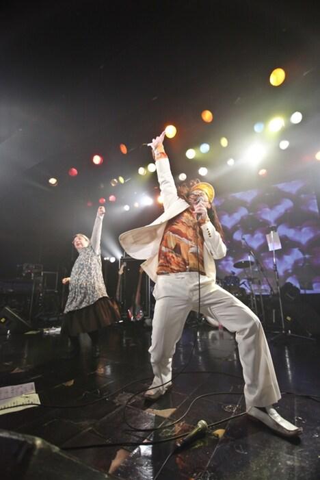 猛毒ライブのエンディングで「YOUNG MAN」を熱唱する掟ポルシェ(ロマンポルシェ。)。左は猛毒のキーボーディスト・斉藤さん。