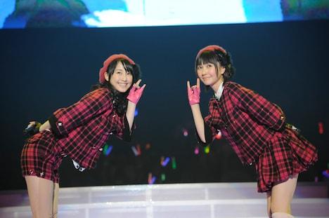 「狼とプライド」を披露する松井玲奈、秦佐和子(写真左から)。 (C)AKS