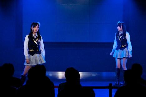 公演冒頭の寸劇より。写真左から柴田阿弥、木本花音。 (C)AKS