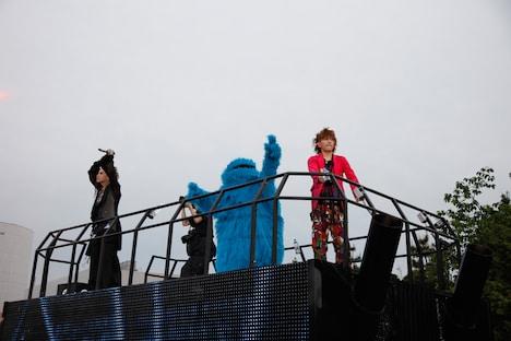 19日公演、フロートでオーディエンスを盛り上げるhyde、クッキーモンスター、tetsuya(写真左から)。