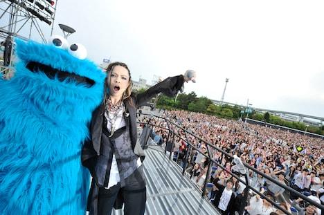 19日公演で仲の良さそうな様子を見せるhyde(写真右)とクッキーモンスター(写真左)。