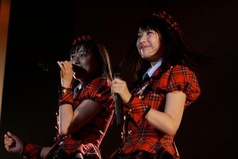 2人だけで「夢見る 15歳」を歌う和田彩花、福田花音(写真左から)。