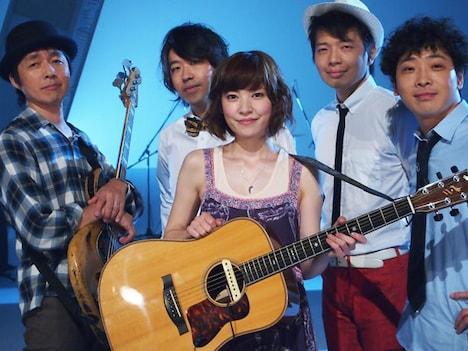 住岡梨奈(写真中央)と、堂島孝平(右端)をはじめとするサポートメンバー。