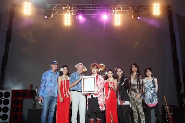 「L'Arc-en-Cielの日」を宣言したホノルル市のピーター・カーライル市長(写真左から3番目)とともに記念撮影するメンバー。