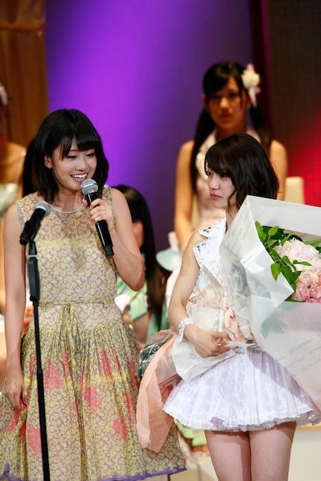 大島優子(写真右)へ祝福の言葉を贈る前田敦子(写真左)。