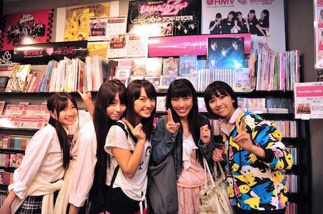 お忍びでHMV仙台を訪れたももクロの5人。