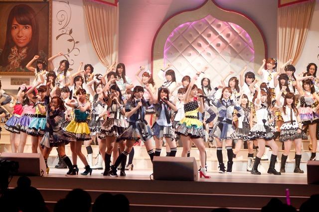 「Everyday、カチューシャ」を披露するAKB48。