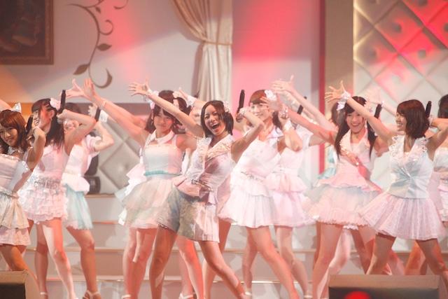 「真夏のSounds good !」を披露するAKB48。