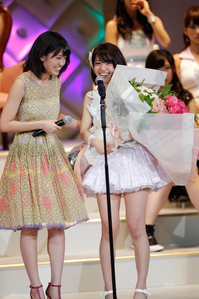 前田敦子、大島優子(写真左から) (C)AKS