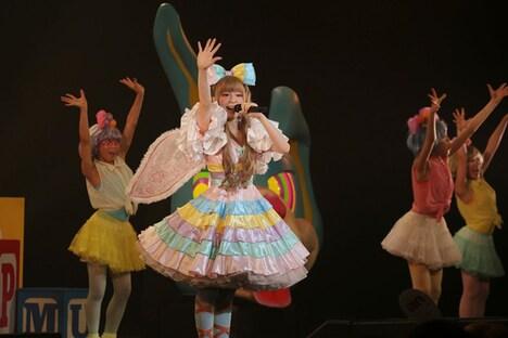 天使の羽根を付けながらパフォーマンスするきゃりーぱみゅぱみゅ。(photo by hajime kamiiisaka)