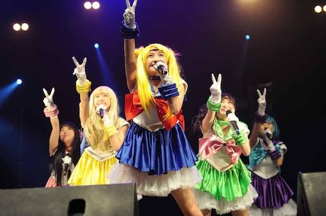 「JAPAN EXPO 2012」の会場で、セーラー戦士に扮しライブを行ったももいろクローバーZ。