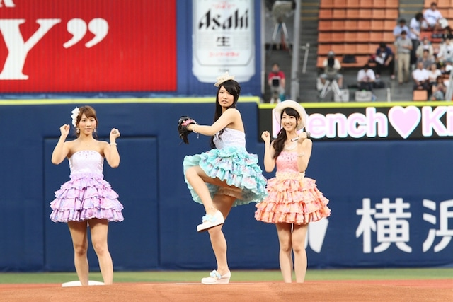 華麗なピッチングフォームで投球する倉持明日香(写真中央)。