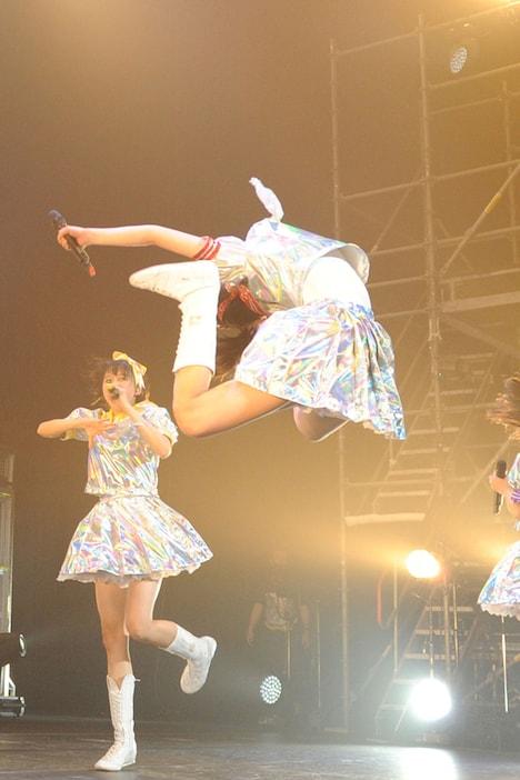 百田夏菜子、地元でのえびぞりジャンプも華麗に大成功。