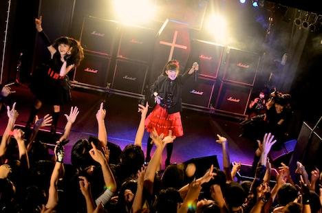 目黒鹿鳴館のステージに立ったBABYMETAL。(Photo : Taku Fujii)