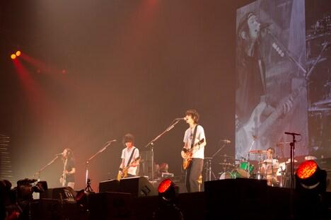 7月14日に行われた「BUMP OF CHICKEN 2012 TOUR『GOLD GLIDER TOUR』」ツアーファイナルの様子。(Photo by 平間至)