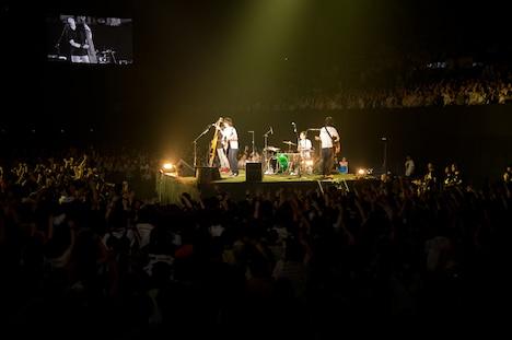 通称「恥ずかし島」で演奏するメンバー4人。(Photo by 平間至)