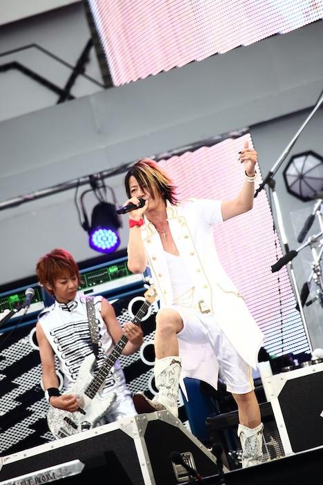 7月29日の「BIG SURPRISE PARTY」で熱唱するTERU(写真右)とJIRO(写真左)。