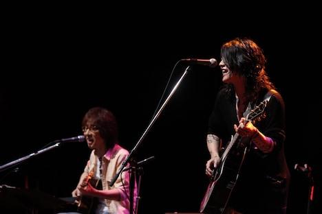 坂崎幸之助(写真左)と雅-MIYAVI-(右)。