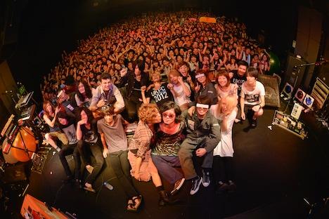 「UKFC on the Road 2012」福岡DRUM LOGOS公演終了後の記念撮影。(Photo by 古溪一道)
