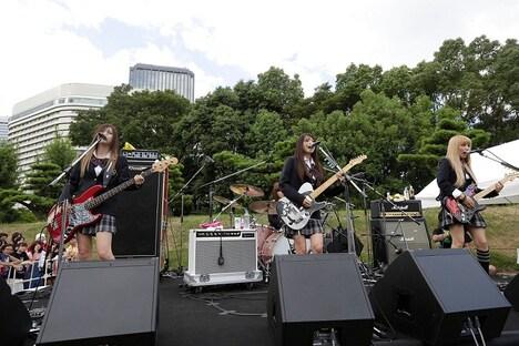 SCANDALが8月26日に行った城天ストリートでのライブの様子。
